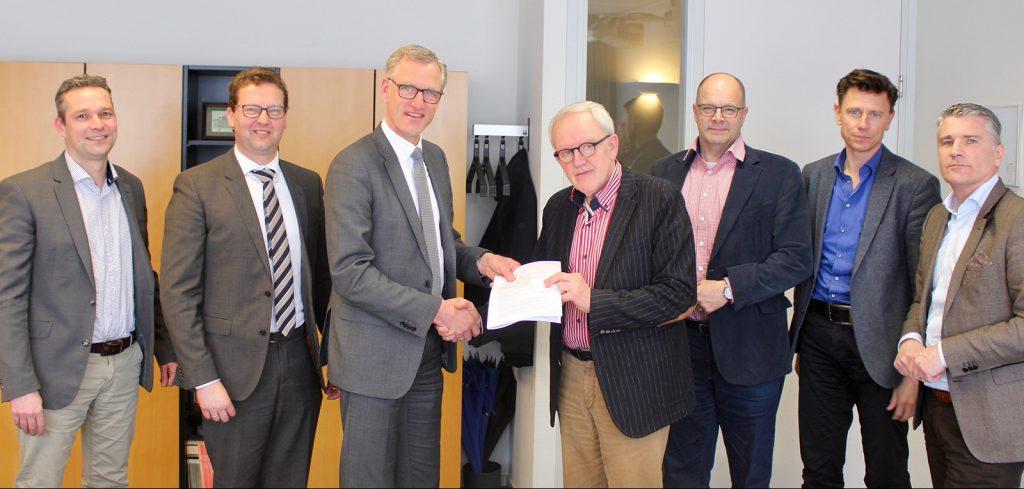 Piet Jansen (SCOPE scholengroep) en Henk Aantjes (De Vries en Verburg) feliciteren elkaar met de nieuwe overeenkomst.